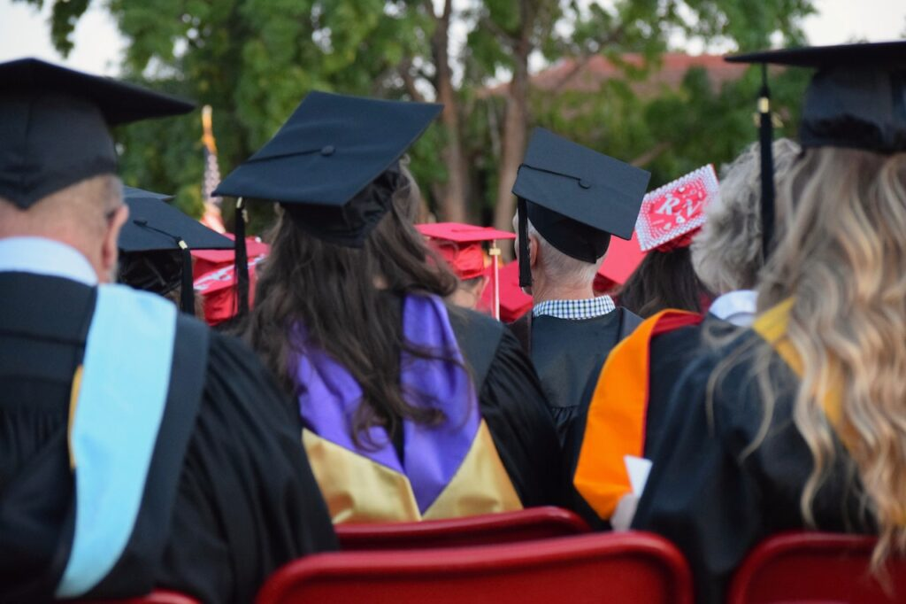7 Most Fun and Unique Ways To Invite People to a High School Graduation